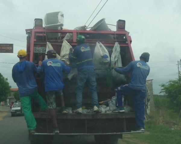 Garis em Iguatu trabalham sem equipamentos de proteção