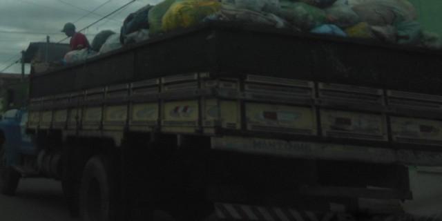 Em Iguatu Garis se dividem com lixo em cima de caminhão