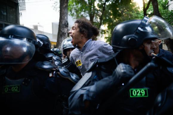 Protesto contra os Jogos termina em confronto com a PM no Rio